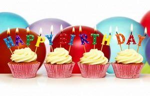 Открытка Happy Birthday, пирожные со свечами