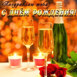 Бокалы шампанского на золотистом фоне