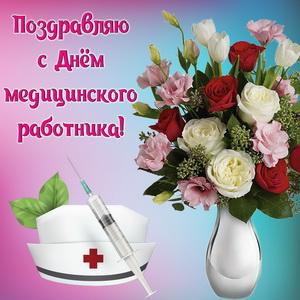 Букет цветов в красивом оформлении на День медика