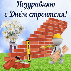 Забавный строитель у кирпичной стены