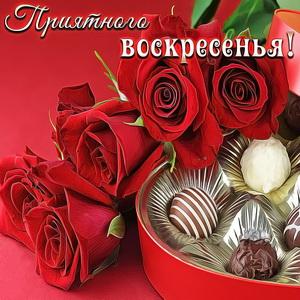 Открытка с конфетами и розами