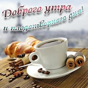 Пирожные и кофе на столике