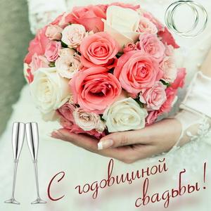 Букет роз в руках женщины на годовщину свадьбы