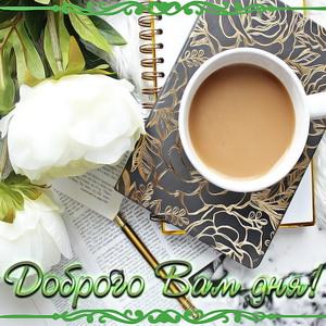 Чашка кофе с молоком на блокноте