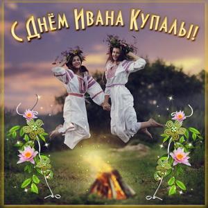 Девушки прыгают над костром в День Ивана Купалы
