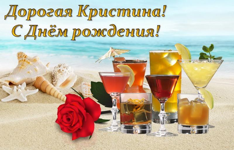 Роза и бокалы с напитками на фоне моря
