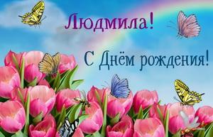 Порхающие над тюльпанами бабочки