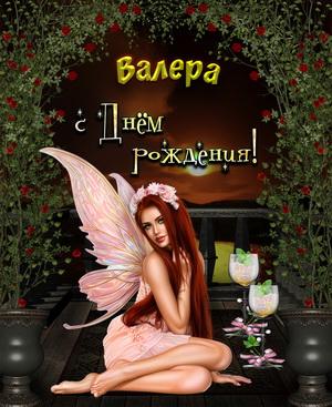 Красивая девушка под аркой из цветов