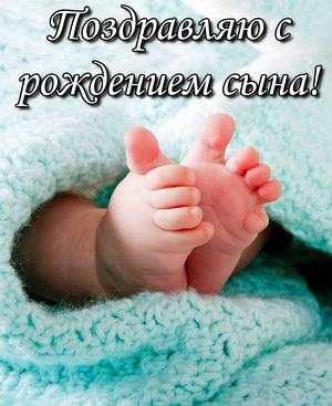 Маленькие детские ножки на красивом фоне