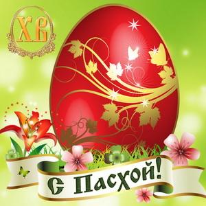 Красивое яйцо на фоне цветов к Пасхе